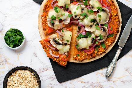 pizza s ovesnými vločkami, hřibmi a rajčatmi