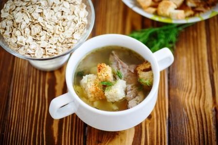 polévka s ovesnými vločkami a opečeným chlebem