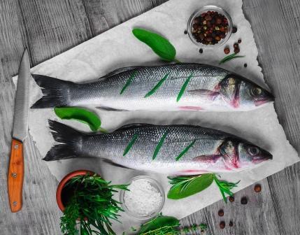 ryby, dva pstruzy s kořením a nožem