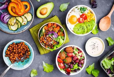 zdravé vegetarianské saláty - čerstvá zelenina, avokado, vajicka