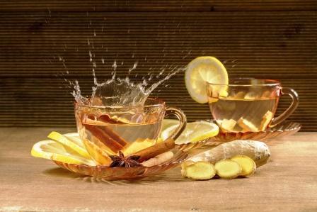 Šálka zázvorového čaju s citrónem, skořicí a anízem