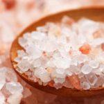 Růžová glauberova sůl v dřevené lžičce