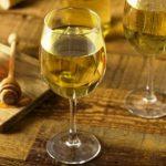 Sladké žlté medové víno a pohář medu medovina