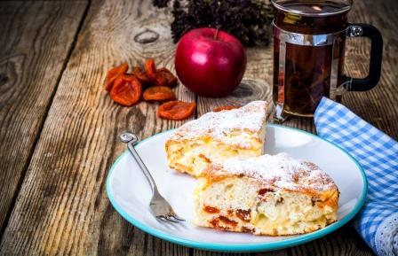 jablkovo mrkvovy kolac na talíři