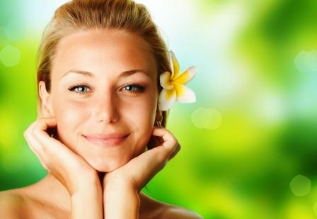 usmiata tvář ženy s kvetinou ve vlasech