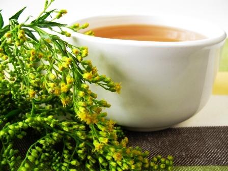 Šálka bylinního čaje se zlatobylem