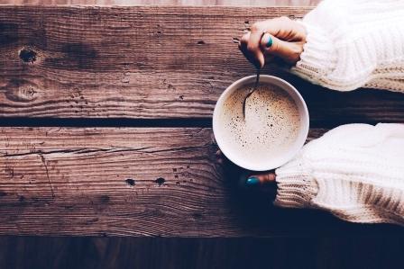 Žena drží pohár špaldové kávy