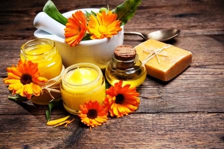 Domáca nealkoholová mast, mýdlo a olej na dřevěném stole