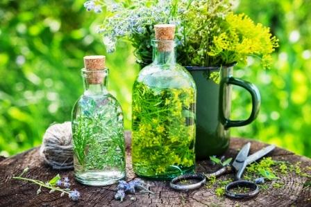 Fľaše z tinktury nebo infuzie léčivých bylín