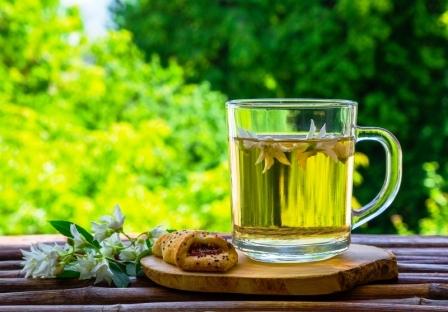 Sklenené šálky bylinného čaje jasmínového čaje a jazmínových květů
