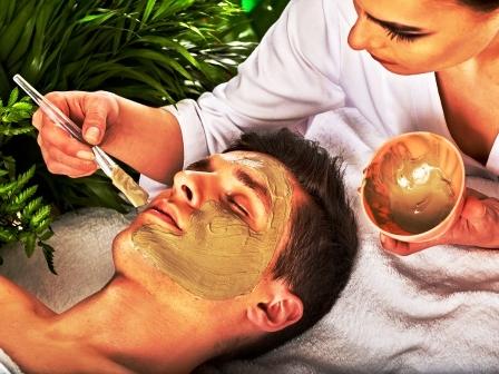 jíl žena natírá mužovi na tvář masku