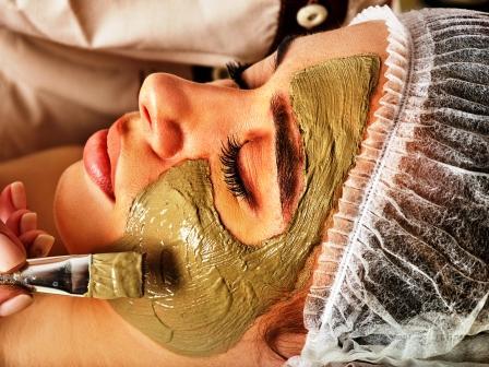 nanesení masky na tvář ženy