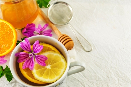 sléz maurský čaj s citronem, medem a čerstvými květy