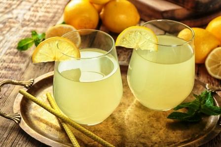 Dve pohare citronove stavy a cerstve citrony