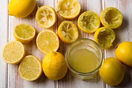 Pohar citronove stavy a vylisovane polovicky citrona