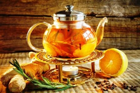 cajnik s teplym cajem s citronem a bylinkami