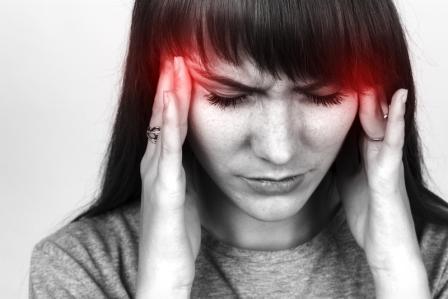 zena s bolesti hlavy pomuze imelo bile