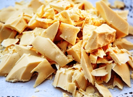 kakaove maslo na bielem papiri
