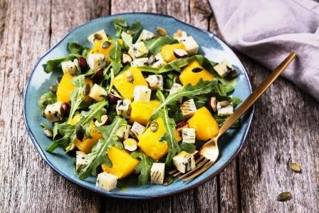 salat - pecena dyne, modry syr, rukola a orechy