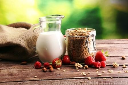 smoothies s jahodami,orechy a ovesnym mlekem