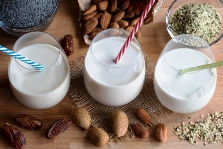 tri pohare rostlinneho mleka