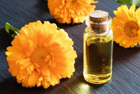 flasa mesickoveho oleje s kvety