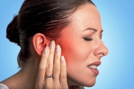 zena s bolesti ucha