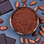 kakaovy prasek v misce s cokoládou