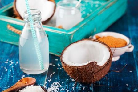 kokosovy orech s kokosovym olejem